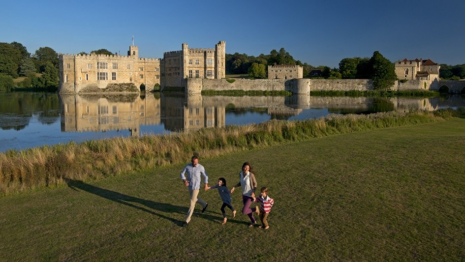 ariel view of family and Leeds Castle