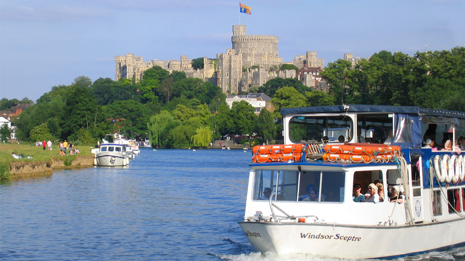 boats on thames with windsor castle behind