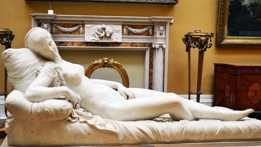 statue of venus reclining