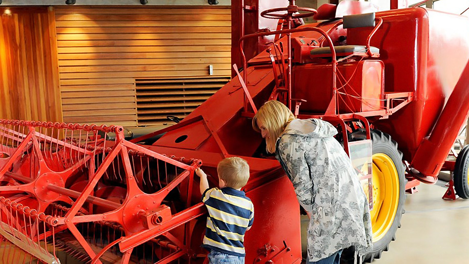 kids looking at machinery