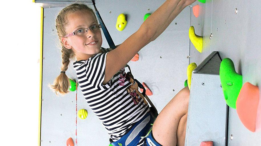 Twinwoods Adventure child climbing