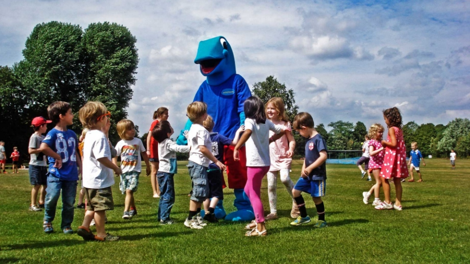 children playing with Barracudas mascot