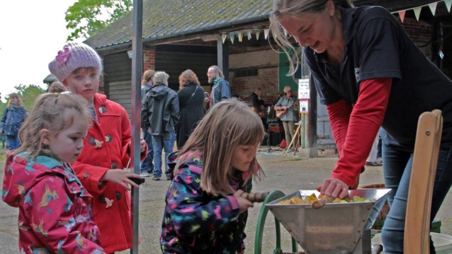 children watching apple cutting demonstration
