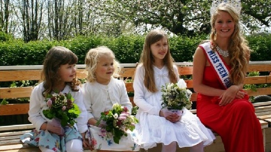 girls in dresses for may day
