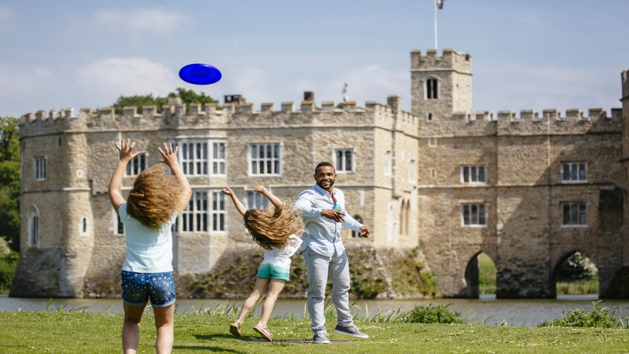 family playing frisby at Leeds Castle
