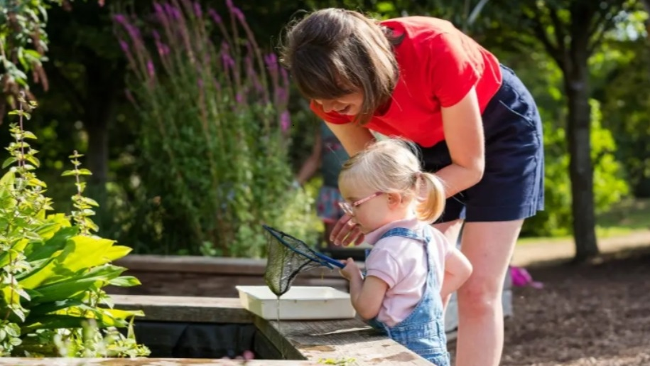 mum and daughter looking at fishing net Sir Harold Hillier gardens